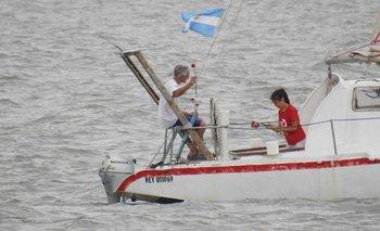 """Videos: arrojaron 44 claveles rojos al mar por cada submarinista del """"San Juan"""""""