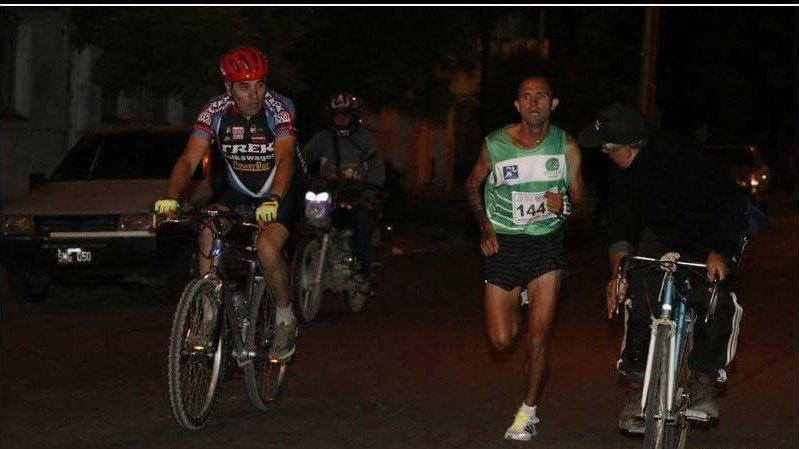 La foto: el momento justo en el que amenazaron al ganador de la Carrera de Reyes