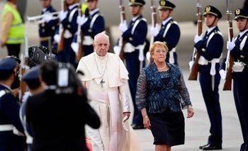 El papa Francisco llegó a Chile: lo reciben miles de fieles y algunas protestas