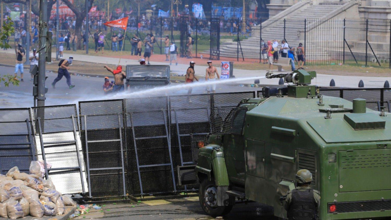 Procesaron a policías ya manifestantes por los incidentes frente al Congreso