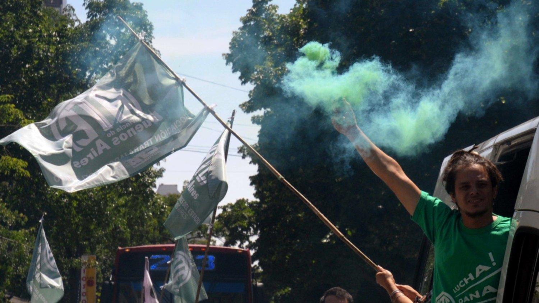 Los estatales bonaerenses realizaron una caravana en reclamo por despidos — La Plata