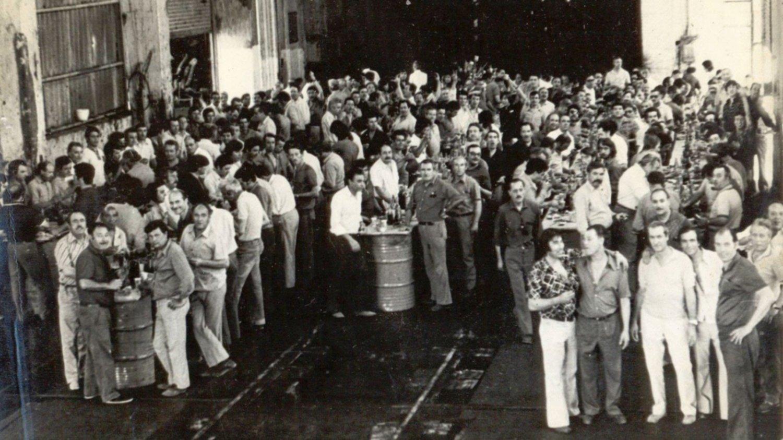 Otra época. Diciembre de 1975, trabajadores festejan la Navidad en los talleres.