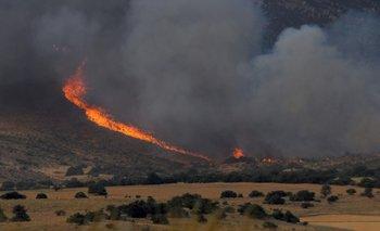 El fuego cruzó la ruta 76, se descontroló y va hacia el Parque Tornquist