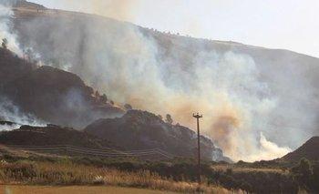 Varias dotaciones de bomberos combaten un incendio en el Abra de la Ventana