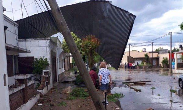 Impactantes imágenes del paso de un tornado en una localidad bonaerense — Argentina