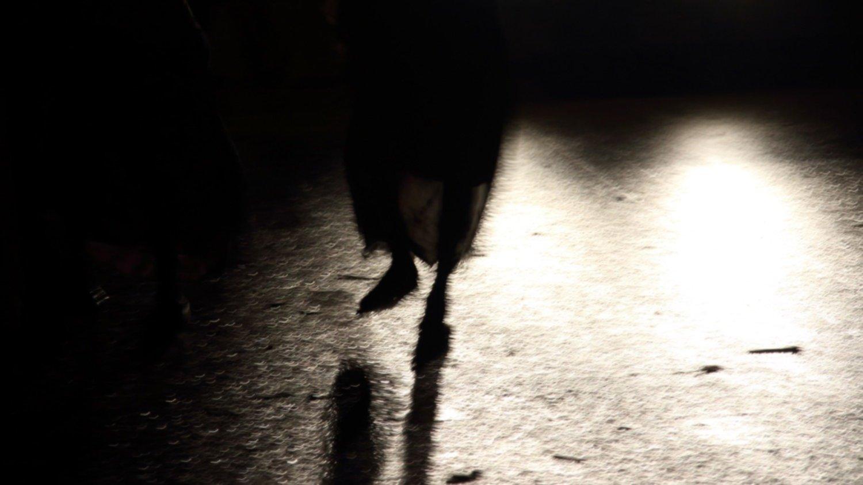 Aparición fantasmal en la ruta 249: el extraño caso de la mujer descalza
