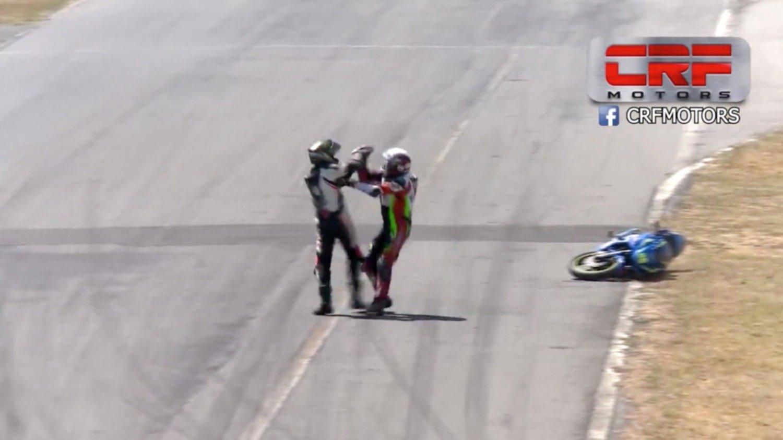 Dos pilotos, ¡a puñetazo limpio en plena pista!