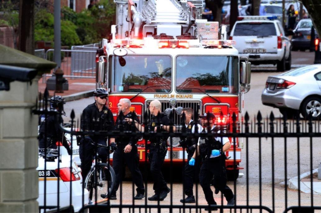 Hombre intenta prenderse fuego frente a la Casa Blanca, en Estados Unidos
