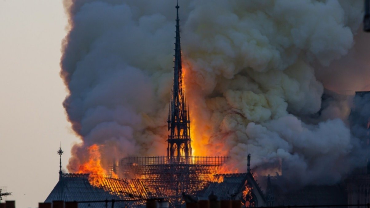 Así se derrumbó la torre más alta de Notre Dame