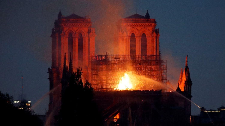 Arde la histórica catedral de Notre Dame en París