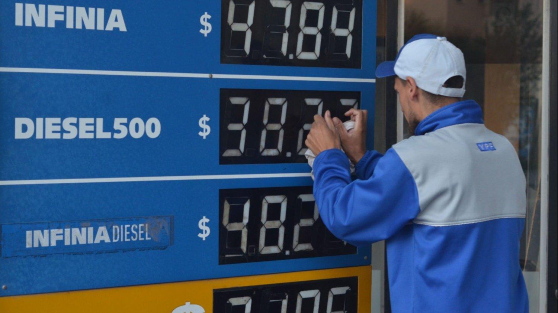 Economía: YPF aumenta sus naftas un 1,5% desde la medianoche