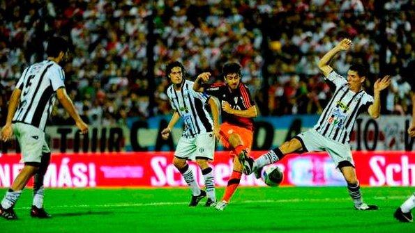 En un partido histórico, Liniers perdió ante River Plate 2-0 por ...