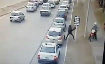 Video: iban en moto e intentaron robarle a una mujer en el ingreso al shopping