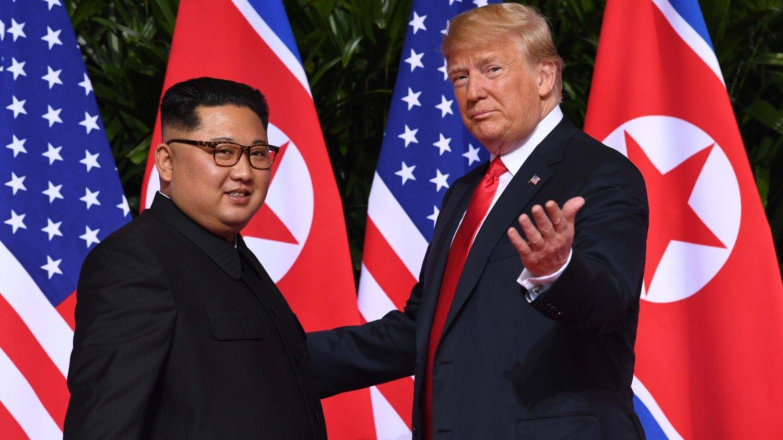 Trump y Kim se saludaron y sonrieron al inicio de la primera cumbre EE.UU-Corea del Norte