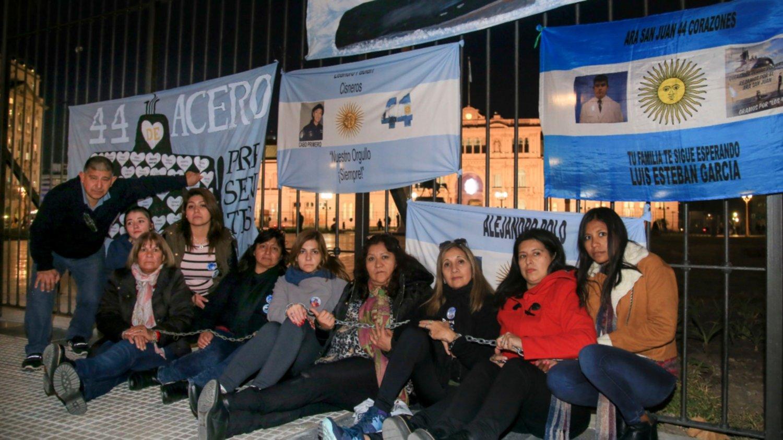 ARA San Juan: familiares de los tripulantes se encadenaron para pedir que retomen la búsqueda