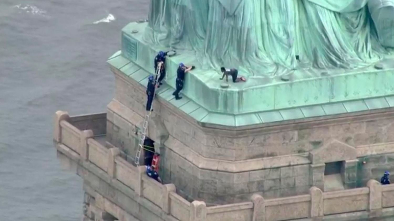 Resultado de imagen para Mujer trepó la Estatua de la Libertad en Nueva York
