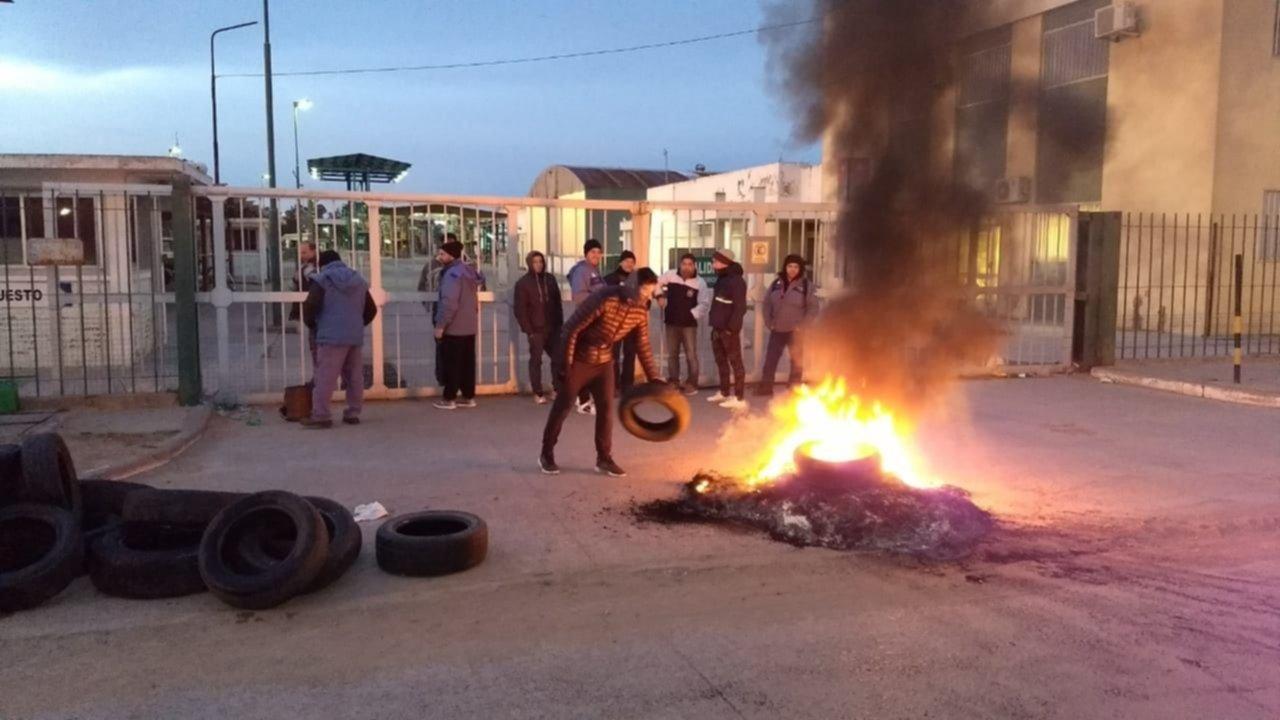 Trabajadores tomaron la refinería de Loma Paraguaya en reclamo por despidos