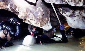 Rescate en Tailandia: ya sacaron a 11 de los 12 chicos atrapados en la cueva