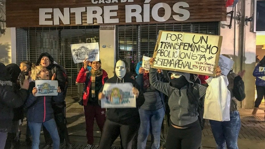 Un grupo de 30 mujeres reclamó frente a la Casa de Entre Ríos la liberación de Nahir Galarza