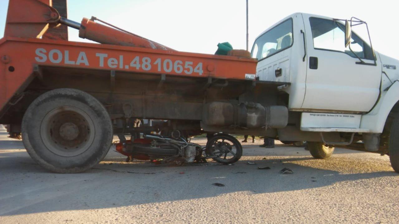 Un hombre tuvo que ser trasladado tras chocar su moto contra un camión