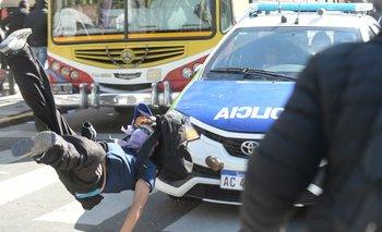 6 detenidos y varios heridos por los incidentes en la gobernación bonaerense