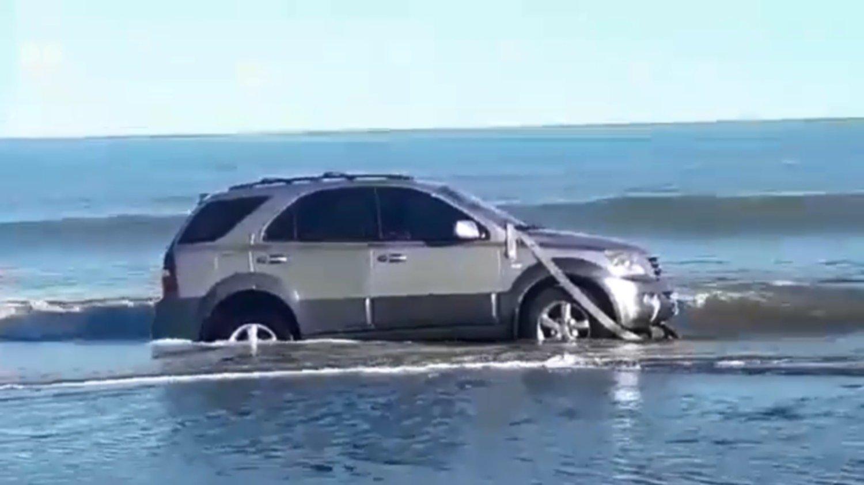 Pehuen Co: dejó la camioneta en la playa, se descuidó y casi se la lleva la marea