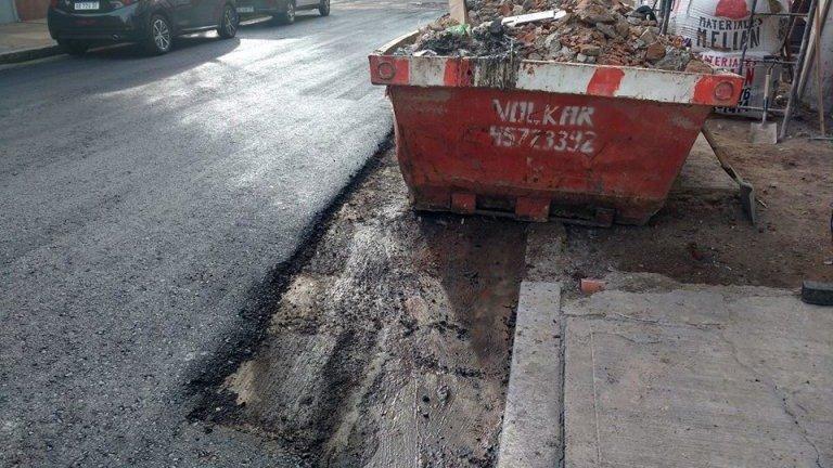 Asfaltaron una calle sin mover los autos estacionados — Insólito