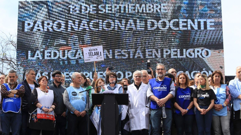 """Gremios docentes se movilizaron al Congreso por salarios y más presupuesto: """"No tenemos miedo"""""""