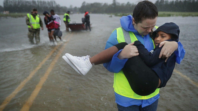 Con la ayuda de Slayer: hombre en calzoncillos enfrentó al huracán Florence