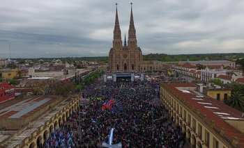 """Moyano encabezó una marcha a Luján y la Iglesia resaltó que se necesita """"interacción entre Estado y pueblo"""""""