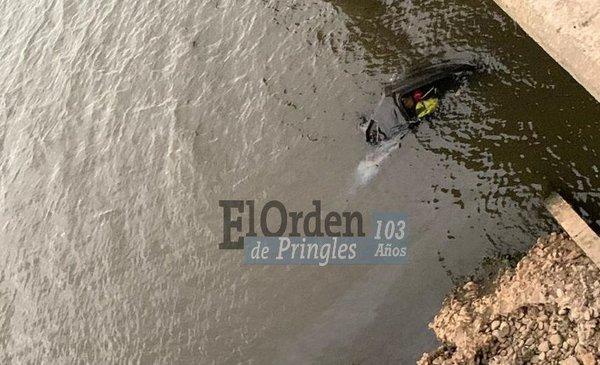 Cuatro bahienses cayeron con su camioneta al Dique Paso de las Piedras - La Nueva