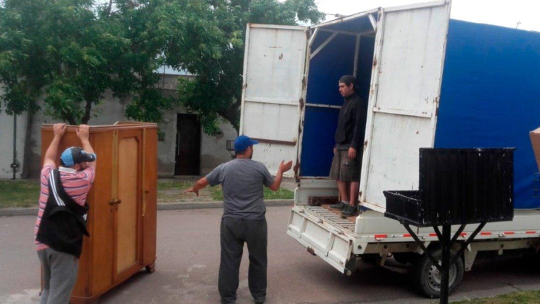 Ayuda de navidad vecinos donaron muebles para una familia for Quien compra muebles usados
