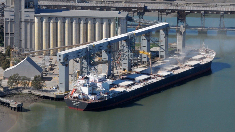Los barcos que salen del Paraná cada vez cargan más cereal en Bahía Blanca